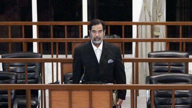 Saddam Hussein em seu julgamento, em 2006