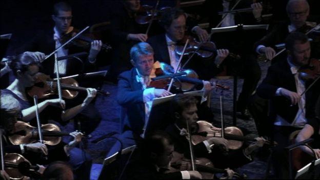 """Qué es el """"shock acústico"""" que obligó a un violista a retirarse de la orquesta."""