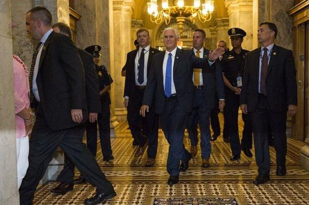 En el centro, el vicepresidente de Estados Unidos, el republicano Mike Pence.