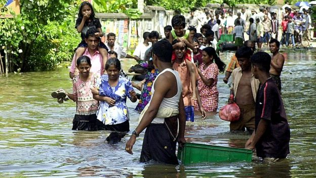 Во время страшного наводнения 2003 года жители города Матара помогали друг другу едой и питьевой водой
