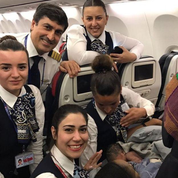 azafatas de Tirkish Airlines con la bebé Kadiju