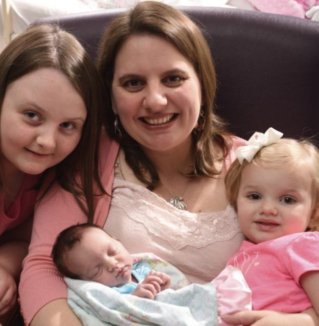 Margaret com Lynlee no colo e as duas filhas ao lado