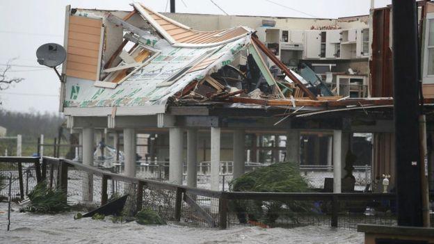 Un edificio de Houston destrozado tras el paso de Harvey.