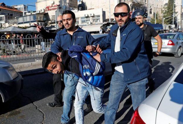 Арест протестующего у Дамаскских ворот Иерусалима