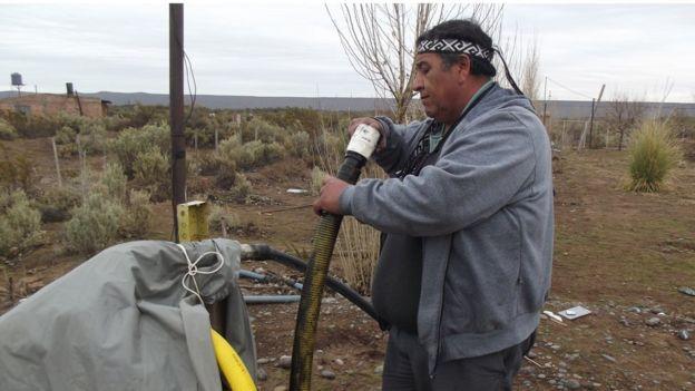Albino Campo inspecciona la tubería sucia.
