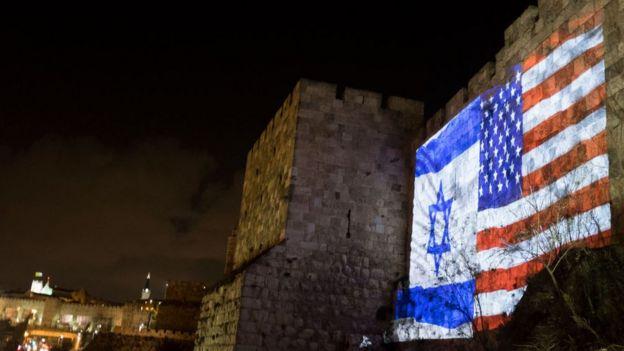 ธงประจำชาติของสหรัฐฯ และอิสราเอลที่ฉายบนผนังที่เมืองเก่าในกรุงเยรูซาเลม