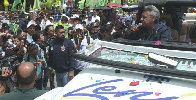 Lenín Moreno se desplaza en un auto mientras habla con sus seguidores durante la campaña presidencial.