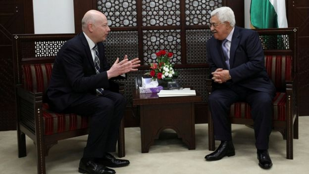 Palestinian President Mahmoud Abbas (R) meets with Jason Greenblatt, US President Donald Trump's international negotiations envoy, in the West Bank city of Ramallah (14 March 2017)