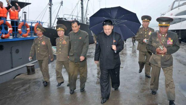Kim Jong-un rodeado de militares.
