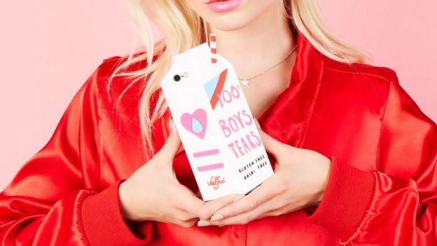 Un protector de teléfono con forma de envase de leche se ha vuelto viral