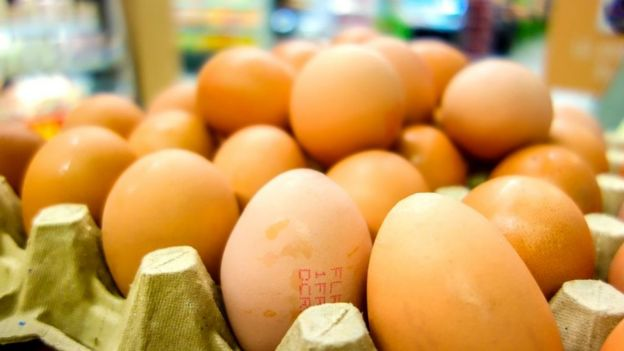 Huevos a la venta en un supermercado.