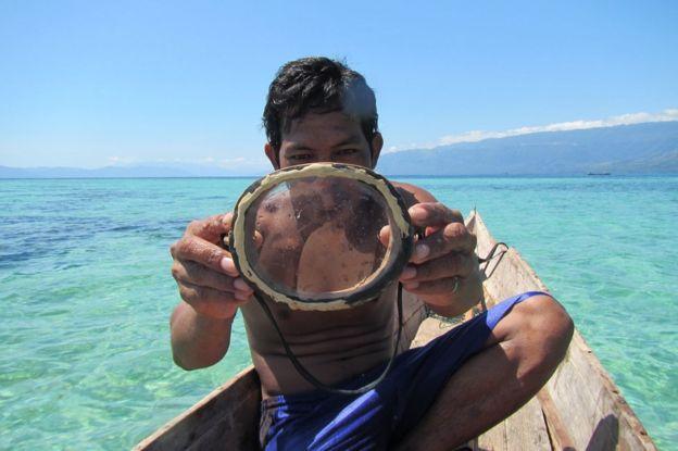 Tradicional máscara de mergulho feita em madeira