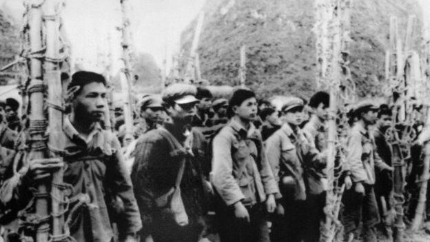 中國廣西的民兵開展全面動員,支持在中越邊界前線作戰的部隊。圖為廣西民兵組織的擔架隊。(攝於1979年2月22日)