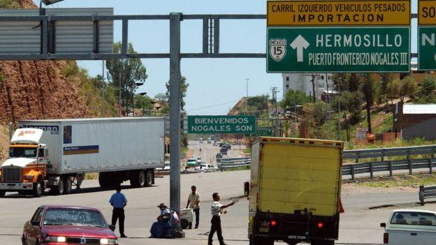 Camiones en la frontera entre Estados Unidos y México