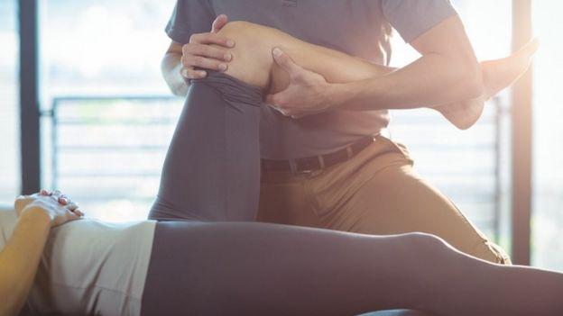 Un fisioterapeuta tratado la pieran y rodilla de una persona