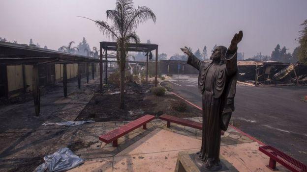 Los incendios asociados a los vientos del Diablo destruyeron algunas iglesias en California.
