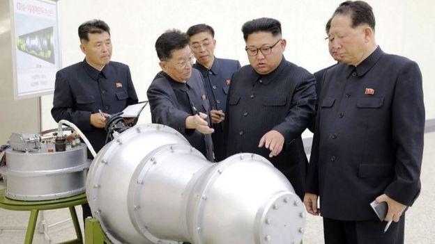 Rais wa Korea Kaskazini Kim Jong-un, (katikati) akipokea maelekezo ya namna bomu hilo linavyofanya kazi
