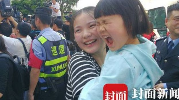 Kang Ying's younger sister holds up Kang Ying's daughter