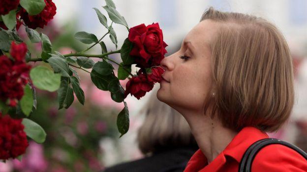 La donna profuma di rose.