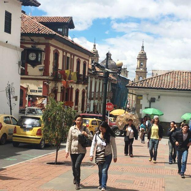 Mujeres caminando en una plaza de Bogotá