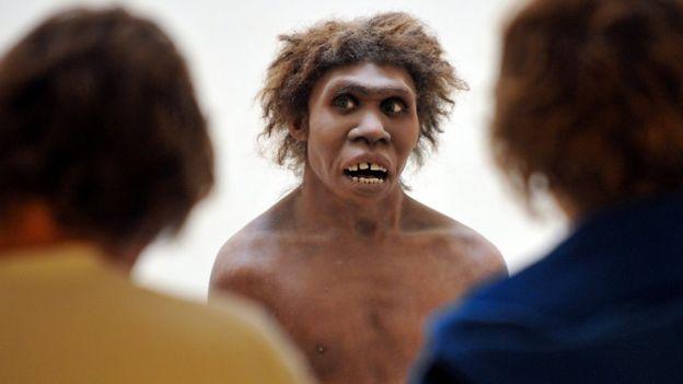Un modelo que representa a un neandertal en el Museo Nacional de Prehistoria de Francia.