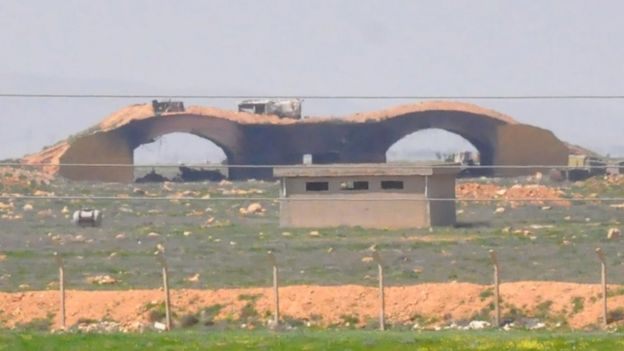 Esta fotografía supuestamente tomada después del ataque estadounidense parecería mostrar un hangar dañado en Shayrat.