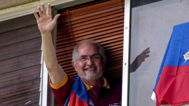 Antonio Ledezma saluda desde su ventana