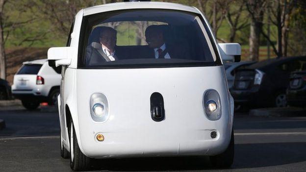 Anthony Foxx (direita) e presidente da Google Eric Schmidt (esquerda ) em fevereiro de 2015 dentro de um carro