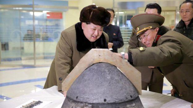 คิม จอง-อึน ตรวจสอบเกราะป้องกันหัวรบ