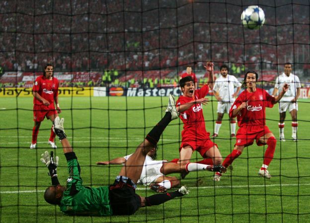 Alonso marca al aprovechar el rechace que dio el portero Dida tras salvar el penalti.