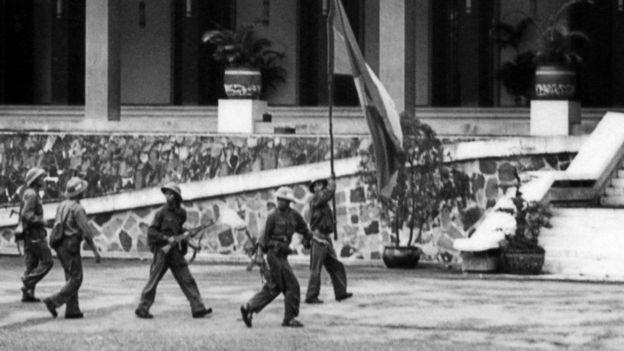 Bộ đội cộng sản đem cờ Mặt trận Giải phóng vào cắm ở Dinh Độc Lập 30/04/1975