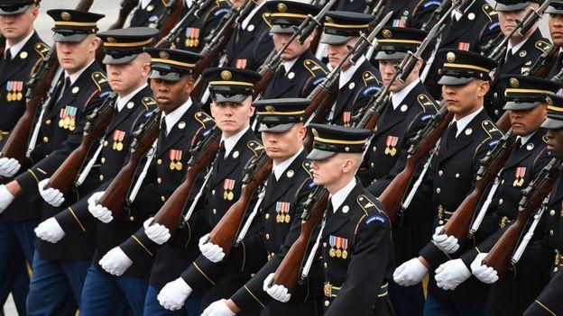 Miembros del ejército de Estados Unidos durante un desfile.