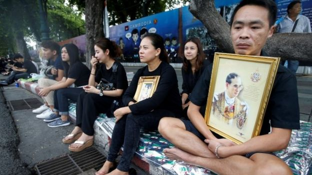 Thai people along the funeral procession route in Bangkok (14 Oct 2016)