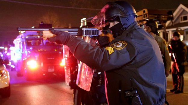 Policial em Ferguson, Missouri.