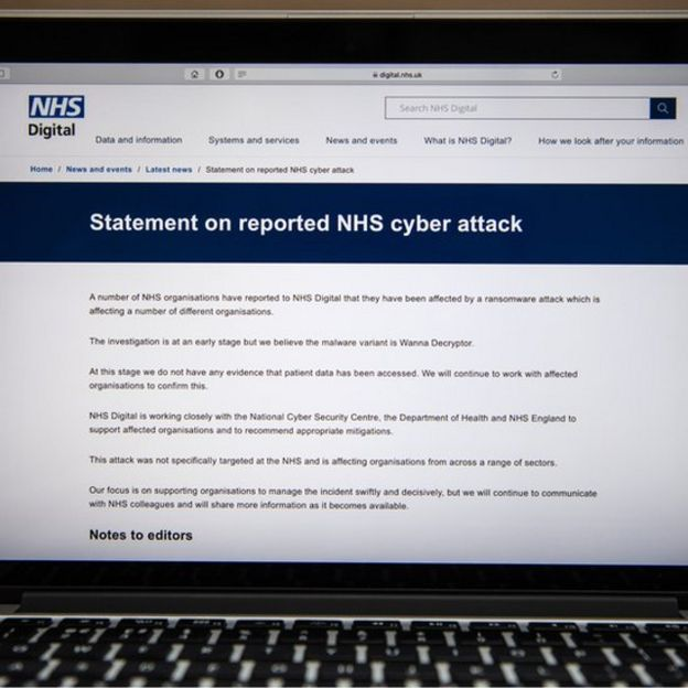 Tela de computador com comunicado do NHS