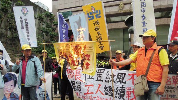 勞工說,民進黨政府修法放寬勞動條件犧牲勞工權益。