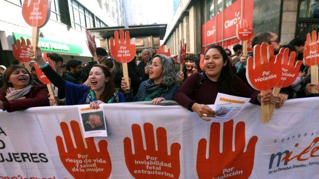Mujeres protestan en Chile por la aprobación del aborto por 3 causales (crédito: Getty Images)