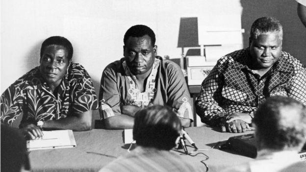 Robert Mugabe con otros activistas en 1960