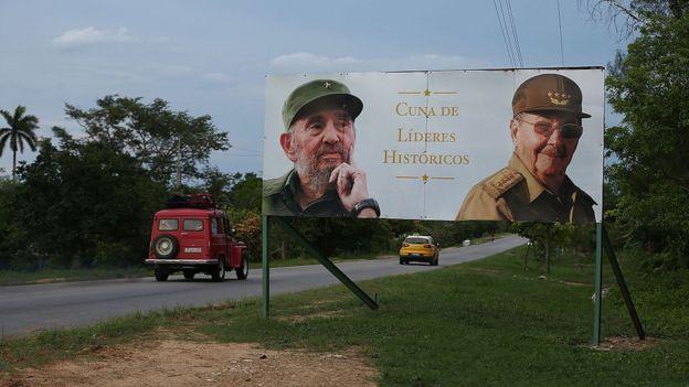 Un cartel con los rostros de los hermanos Castro en Birán, localidad natal de ambos.