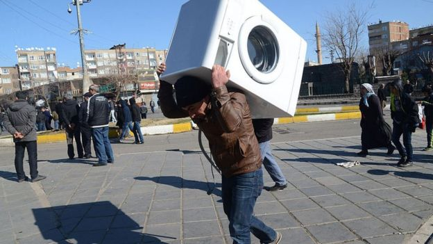 Un hombre carga una lavadora