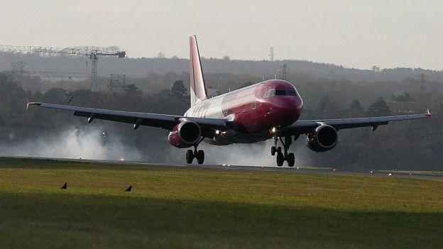 Пассажир летевший в Лондон пытался открыть дверь в полете