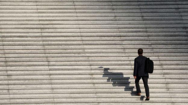 hombre sube escalera