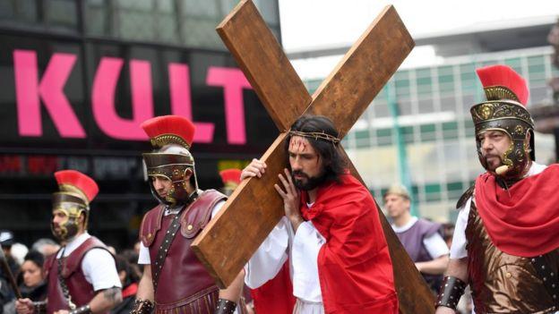 Representaci[on de Cristo cargando una cruz