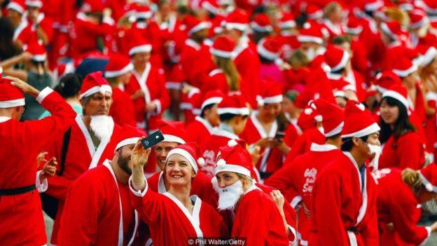 Những người tham gia cuộc chạy Great Kids Can Santa Run ở New Zealand mặc như ông già Noel để hỗ trợ trẻ em nghèo