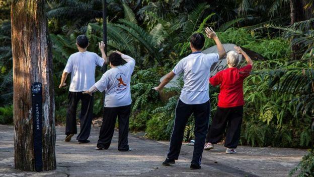 أشخاص يمارسون الرياضة في متنزه في سنغافورة