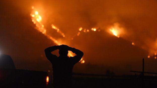 این آتش سوزی تاکنون بیش از ۱۰۰ هزار نفر را ناچار به تخلیه فوری کرده است