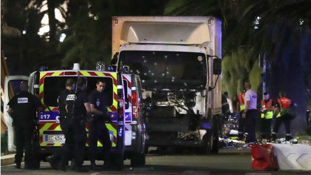 14 июля 2016 года: грузовик въехал в толпу людей в Ницце