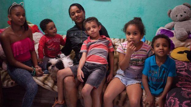 Renata e cinco de seus sete filhos