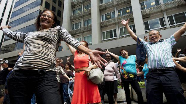 Personas bailando en Sao Paulo