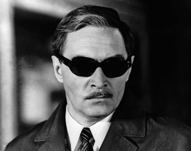 《春天的十七個瞬間》中Vyacheslav Tikhonov扮演的施季裏茨